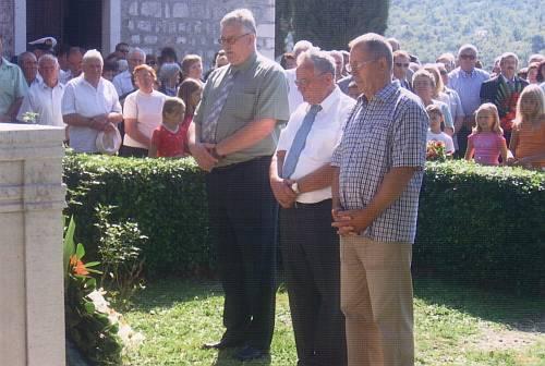 polaganje vijenaca pred spomenik u Gatima