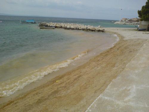 Nasipanje plaža u Dugom Ratu