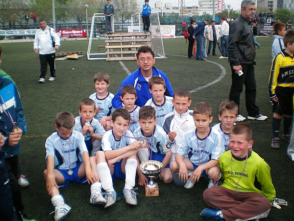 Mladi nogometaši NK Orkan iz dugog Rata s trenerima