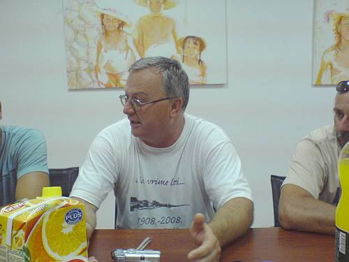 Joško Čizmić. Detalj s primanja zlatnih rukometaša na pijesku u Općini Dugi Rat