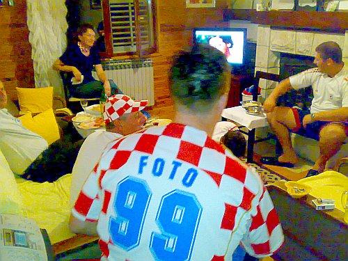 Detalj s kauča za gledanja utakmice Hrvatske protiv Poljske