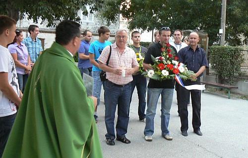 Polaganje vijenaca pred spomenikom palima za domovinu u Dugom Ratu