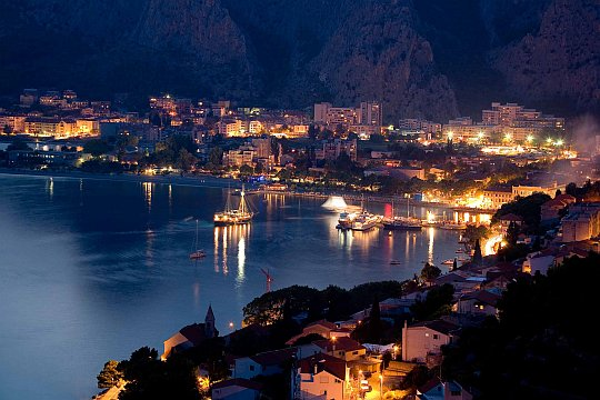 omiš by night