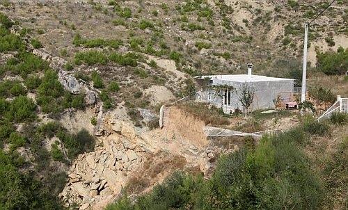 Obitelj Matičević se zbog odrona zemlje morala iseliti iz kuće u Dugom Ratu